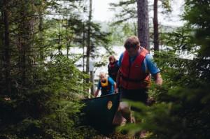 Melontaretki Nuuksiossa - kanoottien kantamista järvien välillä