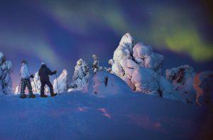 Lumikenkäretkellä revontulten alla, kuva: Visit Finland