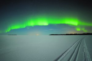 Skiing under auroras, Foto: Visit Finland, Thomas Kast