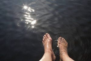 VF_Feet_in_lake