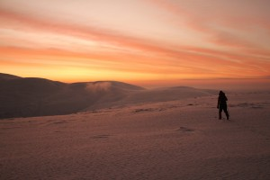 Polar-night-skiing-in-Lapland